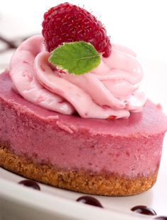 Raw Vegan Strawberry Cheesecake Recipe is part of Raw Strawberry dessert - Raw Vegan Strawberry Cheesecake Recipe Perfect for Paleo Diets too Refined sugarfree & Glutenfree Good dessert choice if you're trying to lose weight Desserts Crus, Raw Vegan Desserts, Brownie Desserts, Raw Vegan Recipes, Vegan Dessert Recipes, Vegan Treats, Vegan Foods, Vegan Dishes, Diet Desserts