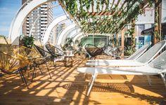 Zonnetje? Check. Drankje? Check. Muziekje? Check. Dit zijn de 25 fijnste terrassen om deze zomer neer te strijken.