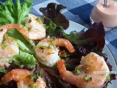 Salade met knapperige reuzengarnalen en pittige saus is een zeer smakelijk lunchgerecht. Ongemerkt krijg je ook nog eens een lekkere dosis jodium binnen!