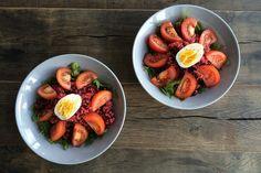 Salade van Bieten quinoa  Shopping list (voor 2 salades) 75 gram rucola 100-150 gram quinoa 2 voorgekookte rode bieten (200-250 gram) 2 lente-uitjes 1/2 citroen 2 eieren 2 tomaten bouillon (van een blokje of poeder) olijfolie peper & zout