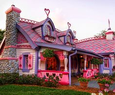 The lady that lives here must be single because no man would live there lol I must say I Love it!