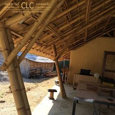 Panyaden School Workshop represents modern and functional earth and bamboo architecture. Highly functional space using bamboo and earth. Natural Architecture, Bamboo Architecture, Amazing Architecture, Architecture Design, Hut House, House Roof, Bamboo Building, Green Building, Cottage House Plans