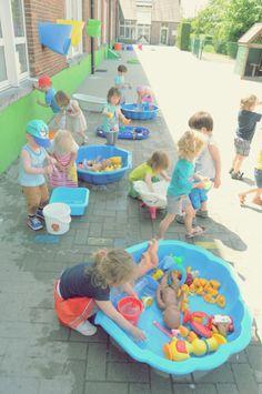 Buiten spelen met veeeel water! - spelen met spuitjes - schilderen met penselen en water op de muur -...