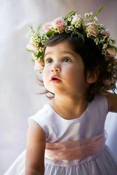 Look bébé fille avec une jolie couronne de fleurs pour le jour J