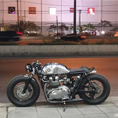 いいね!6,799件、コメント40件 ― Cafe Racers | Customs | Bikesさん(@kaferacers)のInstagramアカウント: 「Riding through the week like Beckham is on a lovely Triumph! #kaferacers ------- Would you ride…」