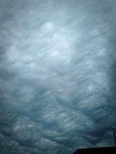 波が畝ってるような空