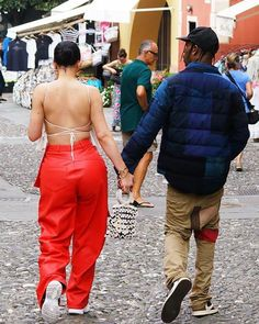 Kylie Jenner Strolls The Streets Of Italy Hand In Hand With Boyfriend Travis In Sassy Red Leather Pants - HungryBoo Estilo Kylie Jenner, Kylie Jenner Outfits, Looks Kylie Jenner, Kylie Jenner Style, Outfits Winter, Lazy Outfits, School Outfits, Stylish Outfits, Travis Scott Kylie Jenner