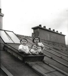 Het was 1950 toen Robert Doisneau deze foto maakte. Ken je ze nog de geheime plekjes met een fabelachtig uitzicht, of de plekjes die geheim en verrukkelijk waren... Zo zat ik als kind graag in het kolenhok, wat was jouw beste plek?