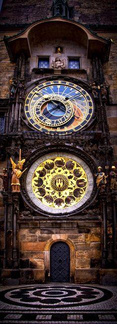 El reloj astronómico de Praga o Praga Orloj. El Orloj está montado en la pared sur del Casco antiguo Ayuntamiento en la Plaza de la Ciudad Vieja y es una atracción turística popular. República Checa.