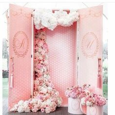 Are you thinking about having your wedding by the beach? Are you wondering the best beach wedding flowers to celebrate your union? Here are some of the best ideas for beach wedding flowers you should consider. Diy Photo Booth Props, Photos Booth, Photo Booth Design, Wedding Themes, Wedding Designs, Wedding Decorations, Party Themes, Wedding Photos, Party Ideas