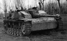 https://flic.kr/p/smHDja | Sturmgeschütz 7,5 cm Stu.K. 40 Ausf. G (Sd.Kfz. 142/1) | Ce StuG III assemblé par la Mühlenbau und Industrie Aktiengesellschaft entre février et mars 1943 a finit sa carrière quelque part en Italie courant 1944. On notera que son blindage de caisse est boulonné et qu'il est équipé de lances-pots fumigènes.  L'unité a laquelle il appartenait, le StuG.Abt. 242, se battait sur le front de l'Est notamment avec la 2ème armée hongroise avant que les 2. und 3. Batterien…