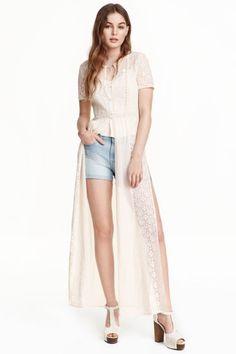 Blusa comprida em chiffon: Blusa comprida em chiffon vaporoso e renda com mangas curtas, botões na parte superior e rachas laterais altas.