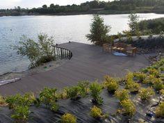 Composiet terras met tuinset aan een meer Deck, River, Outdoor Decor, Home Decor, Front Porch, Decks, Rivers, Interior Design, Home Interior Design