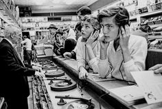 Teenager fledgelings listening to the latest hits  1957 New York Photo: Esther Bubley