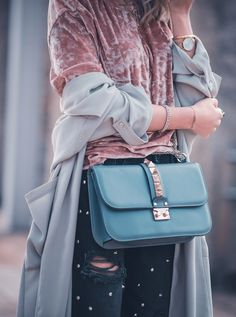 Outfit stylejunction valentino lock bag g12 taubenblau samt Shirt rosa nieten jeans