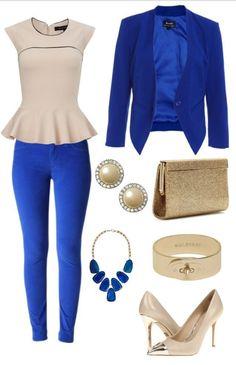 Aquí hay una combinación de azul con todos sus accesorios, un collar llamativo con un saco del mismo color, una blusa color crema con perlas para tus orejas, y pulsera, cartera y zapatos beige. ¡Preciosos Verdad!