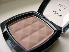 For a possible cool toned contour - NYX Taupe Blush.makes a great contour for lighter skin tones My fave contour shade. Makeup To Buy, Kiss Makeup, Love Makeup, Fall Makeup, Nyx Blush, All Things Beauty, Beauty Make Up, Beauty Tips, Flawless Makeup