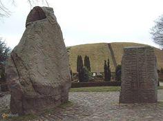 Рунные камни в Еллинге – #Дания #Южная_Дания #Еллинг (#DK_83) Рунные камни в Еллинге - история, застывшая в камне, почти буквально. Дела давно минувших дней, преданья старины глубокой...  ↳ http://ru.esosedi.org/DK/83/1000229319/runnyie_kamni_v_ellinge/