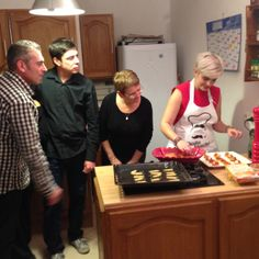 Sous les yeux des convives,  Manon Ohlala préparant le repas de la soirée Remember n°4