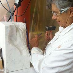 Pilar Posada tallando la mano de Jon. 2014 en Vitoria Gasteiz Spain