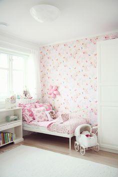 Delicada y luminosa, perfecta habitación para una niña.