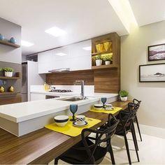 Inspiração de cozinha integrada e com bancada para refeição 💕 via: @decoredecor | Autoria de Juliana Agner