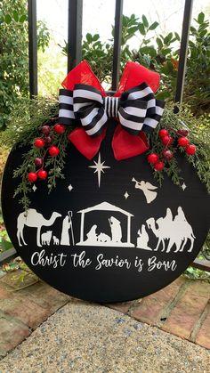 Christmas Signs Wood, Christmas Door, Christmas Holidays, Christmas Wreaths, Christmas Ornaments, Xmas, Christmas Projects, Holiday Crafts, Outdoor Christmas Decorations