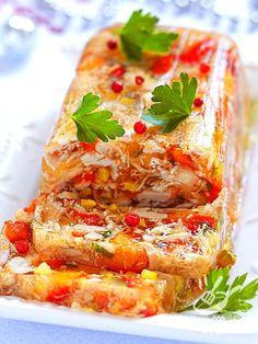 Per un'occasione speciale, un compleanno, una cena romantica, il pranzo di Natale... La ricetta del Pollo e verdure in gelatina lascia sempre di stucco!