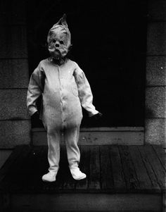 20 Amazingly Creepy Vintage Photographs These vintage photos of Halloween Costumes from way back when. Nothing compared to now these were actually scary looking Costume Halloween, Photo Halloween, Masque Halloween, Creepy Halloween, Creepy Costumes, Homemade Halloween, Halloween Halloween, Halloween Outfits, Photos D'halloween Vintage