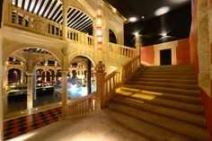 Estas impresionantes escaleras dan acceso del claustro a las habitaciones. 😍 These impressive stairs give access from the cloister to the rooms. 😍 #hotel #spa #balneario