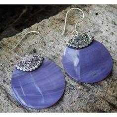 Anting perak coral ungu motif patra  Tinggi: 44mm  Lebar: 66mm  Tebal: 3mm  Bahan: Perak 925, Koral  Sangat cocok dipakai sehari hari, maupun untuk dijadikan hadiah.  nyaman dipakai sehari hari, karena tidak kan membuat anda alergi.  Harga Sepasang.