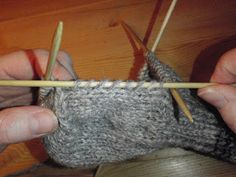 HÆLFELLING Her er ei oppskrift i tekst og bilder på hvordan man feller til hæl på lester. Fingerless Gloves, Arm Warmers, Knit Crochet, Diy And Crafts, Knitting, Tejidos, Blogging, Threading, Fingerless Mitts