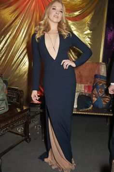 Natalie Dormer ist Margaery Tyrell - bei der Aftershow-Party zu einer Game of Thrones Premiere in London trug sie dieses tolle dunkelblaue Kleid von Chalayan.