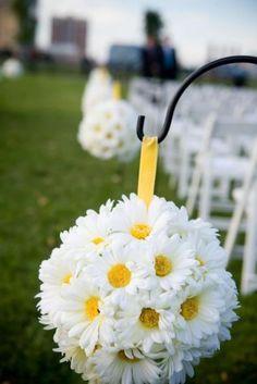 Combinar esferas de papel o tela con algunas de flores