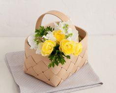 カゴの中にグラスを入れて花を飾るのも素敵。/北欧風のおしゃれなカゴ(「はんど&はあと」2013年5月号)