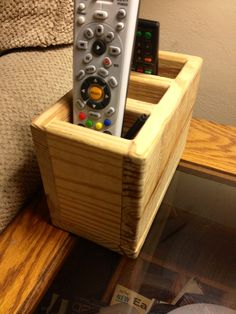 Diy Wooden Desk, Wooden Desk Organizer, Popsicle Stick Crafts, Craft Stick Crafts, Wood Crafts, Remote Caddy, Remote Control Holder, Dvd Organization, Lounge Chairs