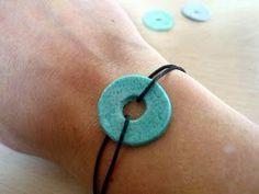 DIY: salt dough bracelet for Mother's Day DIY: salt dough bracelet for Mother's Day Ceramic Jewelry, Clay Jewelry, Salt Dough Jewelry, Diy Necklace Display, Mother's Day Diy, Paracord Bracelets, Activities For Kids, How To Make, Okapi