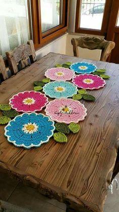 HUZUR SOKAĞI (Yaşamaya Değer Hobiler) (just the center portion would be good as an ongoing strip)Roses crocheted curtains and table clothsThis Pin was discovered by Kat Crochet Mandala, Crochet Flower Patterns, Crochet Motif, Crochet Designs, Crochet Doilies, Crochet Flowers, Knit Crochet, Doily Rug, Cotton Crochet