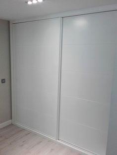 Frente armario corredera lacado en blanco con rayas horizontales Wardrobe Door Designs, Wardrobe Doors, Bedroom Wardrobe, Closet Designs, Bedroom Closet Design, Room Ideas Bedroom, Bedroom Decor, Ikea Pax Doors, Twin Girl Bedrooms