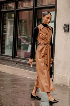 The Most-Traffic Stopping NYFW Street Style For Winter 2019 .- The Most-Traffic Stopping NYFW Street Style For Winter 2019 – outfit. New York Fashion Week Street Style, Nyfw Street Style, Autumn Street Style, Street Style Dresses, Winter Style, Street Wear, Fall Winter, Brown Outfit, Leather Dresses