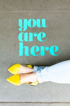 How to make vinyl surprise messages on the sidewalk - you are here sign + yellow flats Diy Gifts Art, Easy Diy Gifts, Diy Art, Cute Home Decor, Diy Home Crafts, Diy Organization, Easy Diy Projects, Sidewalk, Messages