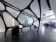 Una rete di curve guida è fissata al soffitto e al pavimento del padiglione in alcuni punti, e fornisce una serie di superfici minimali da usare come schermi per proiezioni, paraventi e controsoffitti.