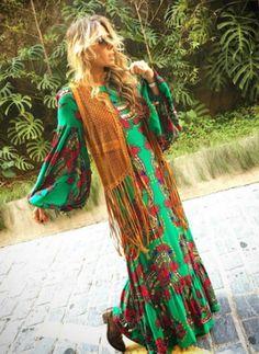 Adriane Galisteu  Vestido longo estampado e um Colete de Crochê com Franjas -