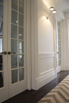 Best Wainscoting Styles And Designs for Every Room Tags: decorative wainscoting styles modern wainscoting styles wainscoting ideas kitchen wainscoting ideas rustic wainscoting room ideas Rustic Wainscoting, Wainscoting Kitchen, Dining Room Wainscoting, Wainscoting Styles, Wainscoting Panels, Wainscoting Height, Wall Panelling, Black Wainscoting, Georgian Residence