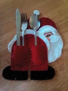 Sew Santa knife spoon and fork napkin holder Christmas folding ideas with fork Christmas Projects, Felt Crafts, Holiday Crafts, Christmas Ideas, Felt Christmas Ornaments, Christmas Holidays, Christmas Decorations, Christmas Kitchen, Santa Ornaments