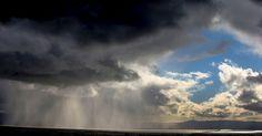 Nuvens de chuva se formam sobre a baía de San Francisco, em Hayward, na Califórnia (EUA)