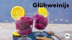 Dag zomer, dag frozé! Nu de dagen kouder worden, loop je warm voor een dessert met glühwein, maar dan als ijsje. Dit winterse toetje helpt je herinneren hoe gezellig het najaar is. DESSERT – 8 PERS. – 35 MIN. + 8 UUR. WACHTTIJD – MAKKELIJK INGREDIËNTEN600 ml rode wijn (vol en krachtig)2 sinaasappels (schoongeboend)½ citroen (schoongeboend)1 kaneelstokje1 el honing2 kruidnagels1 laurierblad200 g geleisuiker speciaal (pak 500 g, Van Gilse)