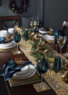 Christmas table decorations: Blue and gold - christmas dekoration Christmas Table Settings, Christmas Tablescapes, Christmas Table Decorations, Decoration Table, Holiday Tablescape, Christmas Tabletop, Outdoor Decorations, Christmas Dining Table, Gold Decorations