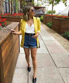 Look com blazer amarelo : Short mom jeans, blusa branca, blazer amarelo alongado e flat mule preta. Jean Short Outfits, Trendy Outfits, Cute Outfits, Fashion Outfits, Short Jeans, Blazer Fashion, Outfit Jeans, Blazer Outfits, Jean Court