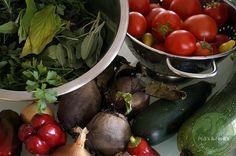 Selbergemachte Tomatensauce ist vor allem im Winter ein Hochgenuss - wer einen Garten hat, wird die eigene Ernte genießen; sonst sind natürlich auch Bio Tomaten aus dem Handel ebenso toll. Frische Kräuter dazu und los geht´s....Mit unterschiedlichen Gemüsesorten könnt ihr dieses Rezept individuell anpassen oder verändern. Ihr habt auf alle Fälle immer Tomaten Sauce für